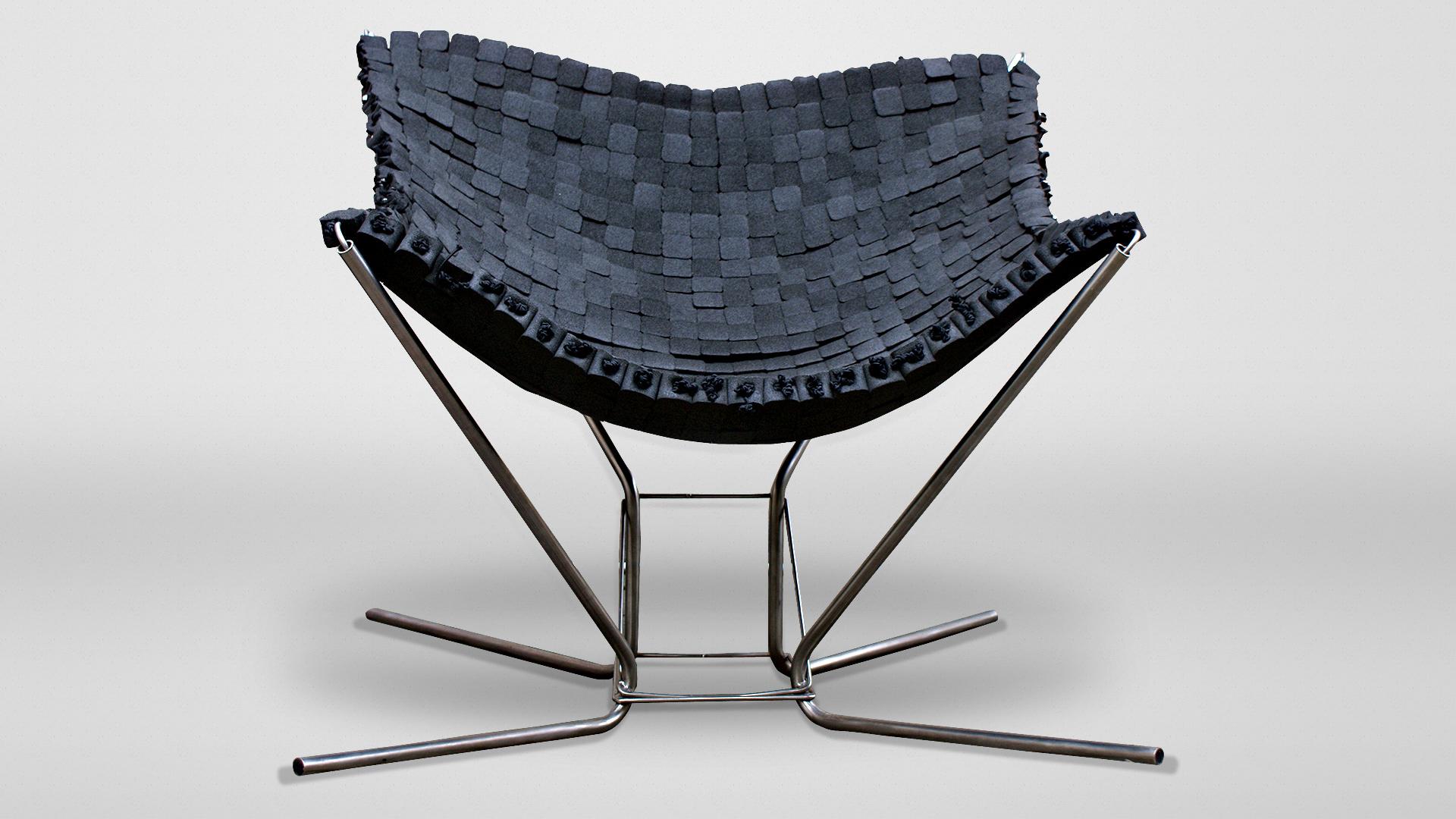 Siedzisko fotela <em>Pajęczyna</em> to tkanina, upleciona z upcyklowanej kostki z tworzywa sztucznego
